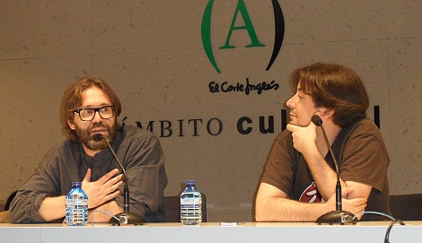 """Alberto junto a Luis Rosales, director de NOCTURNA, durante la rueda de prensa de """"Summer Camp"""" en el festival madrileño."""