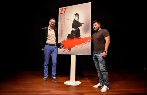 Josemi Beltrán y Óscar Reyes posando ayer junto al cartel oficial de esta edición de la Semana.