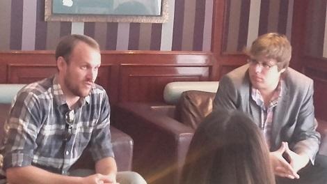 Jason y el productor Kyle Steinike en un momento de la entrevista.