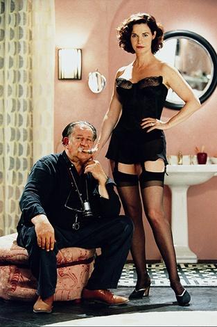 Tinto Brass junto a la actriz Anna Galiena posan durante una pausa de rodaje.