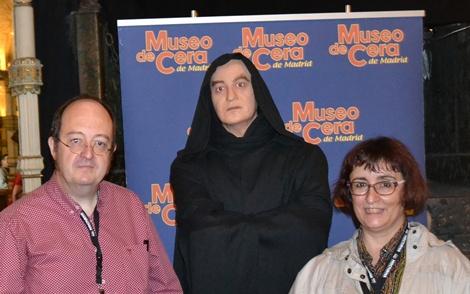 Carlos junto a su pareja personal y profesional, Montse Rovira, franqueando la figura de Paul Naschy exhibida en el Museo de Cera de Madrid.