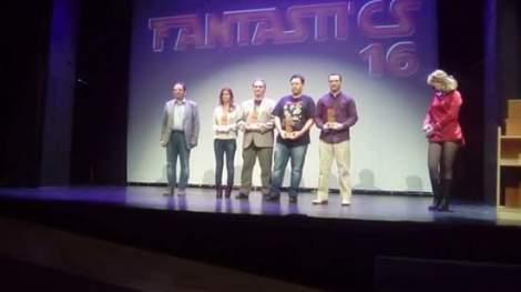 Los diferentes ganadores sobre el escenario del Teatre Raval de Castellón posando con sus galardones.