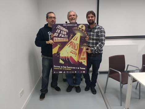 """De izda. a dcha.: Paco Limón, Antonio Mayans y Julio César Sánchez posan con el cartel de """"La Mano 2016""""."""
