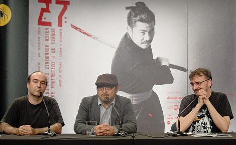 """Koji Shiraishi flanqueado por Daniel Aguilar y Josemi Beltrán durante la rueda de prensa de """"Sadako Vs Kayako"""" en la Semana de Cine Fantástico y de Terror de Donosti."""