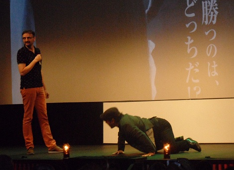 """Un simpático momento de la peculiar presentación que Kôji Shiraishi hizo sobre las tablas del Teatro Principal donostiarra antes de la proyección de """"Sadako Vs Kayako""""."""