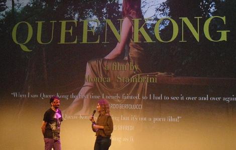 """El director de la Semana, Josemi Beltrán, junto a Monica Strambini, directora de """"Queen Kong"""", cortometraje de temática pornográfica-fantástica que pudo verse en la sesión de Halloween."""