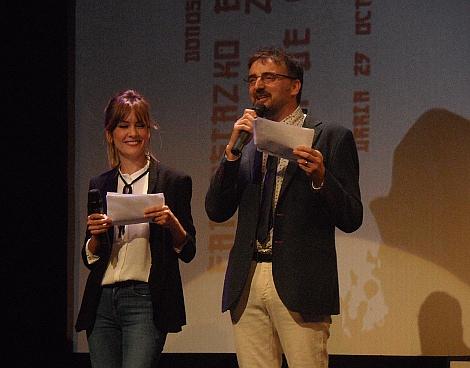 La actriz Miriam Cabeza, presentadora de la Semana, y Josemi Beltrán durante la gala de clausura.