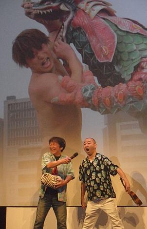"""Un momento de la delirante presentación en el Teatro Principal de """"Kaiju Mono""""."""