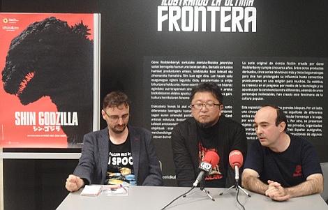 "Shinji Higuchi entre Josemi Beltran, director de la Semana (izda.), y Daniel Aguilar (dcha.), durante la rueda de prensa de ""Shin Godzilla"" en Donosti."