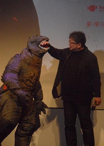 Shinji Higuchi fue atacado por Godzilla sobre las tablas del Teatro Principal donostiarra durante la presentación de la película.