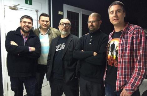 """El equipo de """"Herederos de la bestia"""" posando junto a Álex de la Iglesia en un descanso del rodaje del documental."""