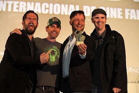 """El equipo de """"House Harker"""" posa con el premio del público en Nocturna tras recibir el galardón."""