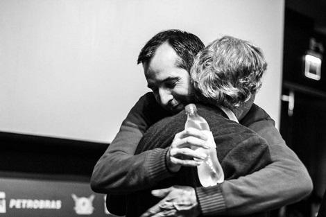 "Luigi y Felipe se abrazan durante la premiere de ""FantastiCozzi"" en el Fantaspoa 2016."