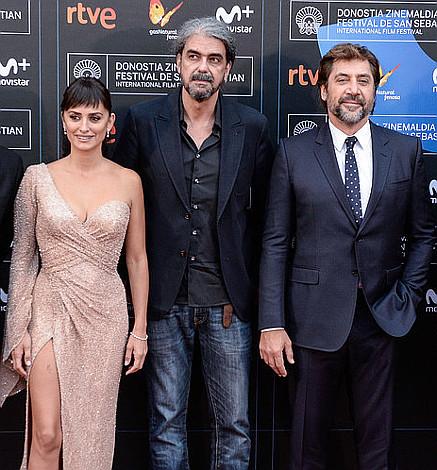 Dia 8 Penelope Cruz y Javier Bardem posando junto al director Fernando León de Aranoa