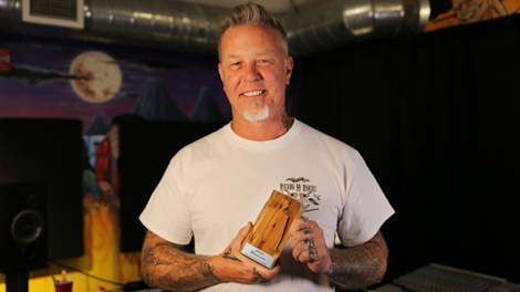 07-James-Hetfield-con-su-estatuilla-conmemorativa