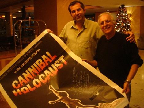 Con un póster ahora autografiado de Holocausto Caníbal (2012)