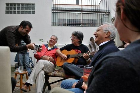 Filmando la introducción en la que Deodato canta una canción satírica sobre sí mismo, acompañado por Claudio Simonetti y la observación de Luigi Cozzi (2013)