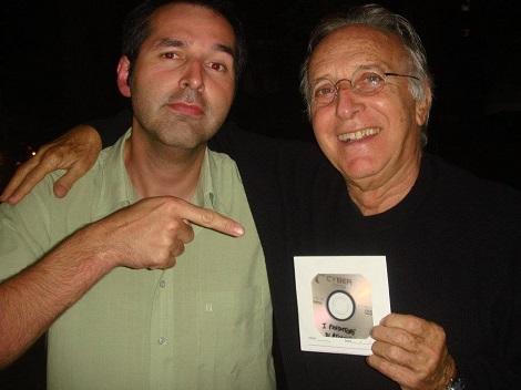 Presentando a Ruggero una copia pirateada de su película I Predatori di Atlantide (2012)