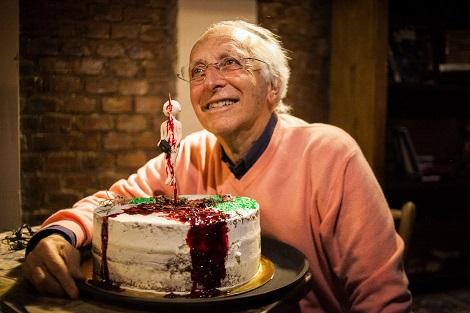 Ruggero Deodato celebra su 80 cumpleaños con nosotros en Porto Alegre, en mayo de 2019, con un pastel en honor a su gran clásico (él mismo está empalado en el adorno del pastel)